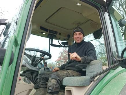 Junger landwirt bei der arbeit  57ac9df544d24d1a708b456f_1470930421_fit_de-DE.jpg