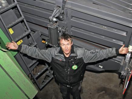 Jørgen Kristensen, Lohnunternehmer mit 13 Mitarbeitern, Dänemark - 936 Vario, Ballenpresse 1290 XD