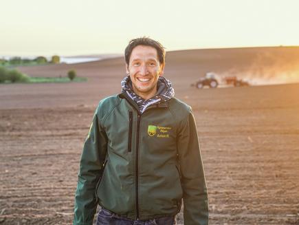 Anton Reetz, Lohnunternehmer Agrarservice Rügen in Mecklenburg-Vorpommern, Deutschland - 1000, 900, 800, 700 Vario, Ballenpresse 4160 V