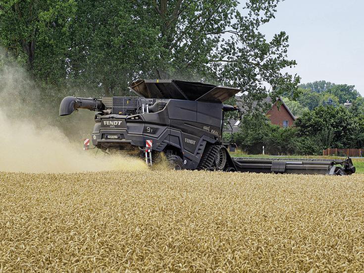 Rückansicht des Fendt IDEAL 9T beim Dreschen im Weizenfeld.