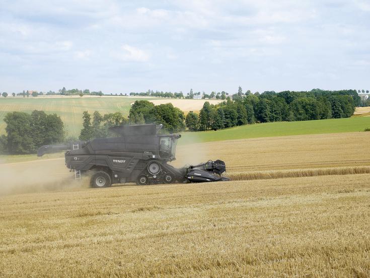 Der Fendt IDEAL 9T beim Dreschen im Weizenfeld.
