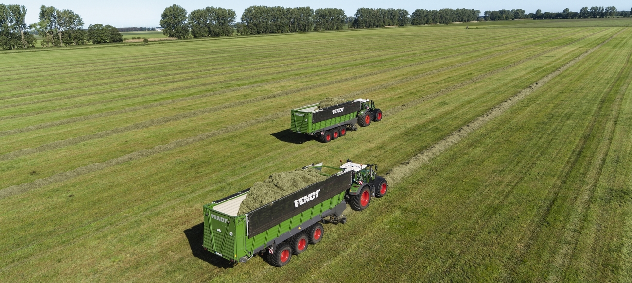 Zwei Fendt Tigo XR 100 bei der Arbeit auf dem Feld.
