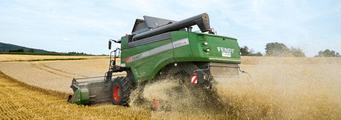 Fendt-mejetærskeren 633h C PL i gang med arbejdet i en kornmark.