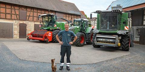 Björn Kaiser på gårdspladsen med en del af Fendts Full-Line-program.