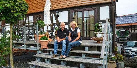 Forældrene Doris og Konrad Kaiser foran deres terrasse.