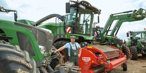 Maskinstationsejer Heribert Glaßl står mellem sine Fendt-traktorer og Fendts finsnitter.