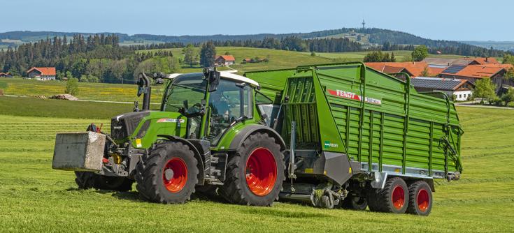 Fendt 313 Vario med Fendt Tigo MR 50 Profi på græsmark.