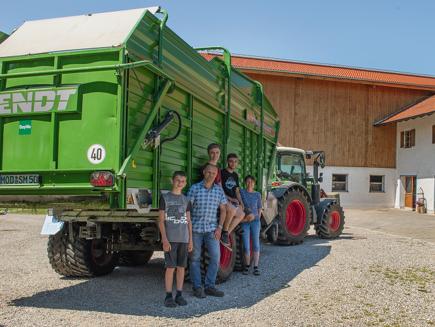 Familia Endraß, explotación ecológica Makarerhof en Allgäu - 300 Vario, Tigo MR 50 Profi