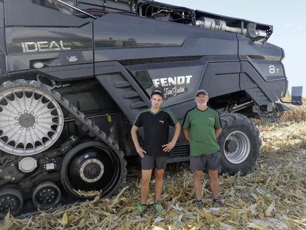 L'agricoltore e contoterzista Andrea Sandrini davanti a Fendt IDEAL 8T.